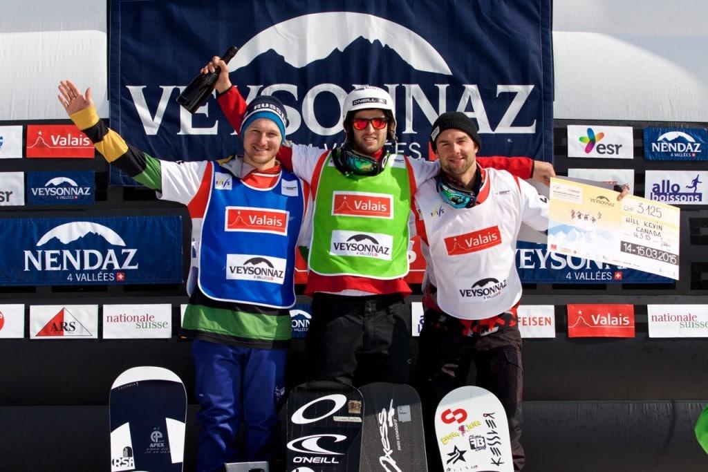 Lucas Eguibar compoartiendo el podio de Veysonnaz junto al ruso Nikolay Olyunin y el canadiense Kevin Hill, segundo y tercero respectivamente. (Copyright/@RFEDInv ©adamjohnstonphotography.com)
