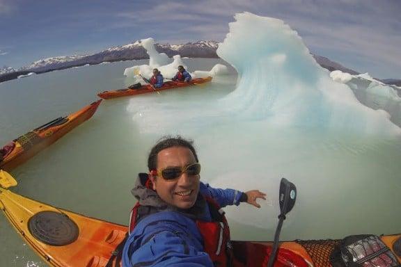 Lluis Rabaneda navegando en kayak y entre icebergs en el  canal Upsala del Lago Argentino. (Copyright/Rocroi)