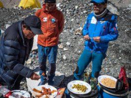 Alex Txikon picnic Everest.