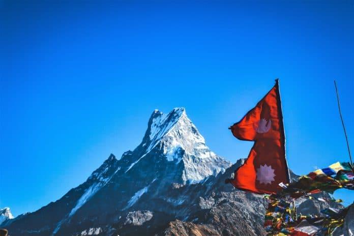 Banderas cima montaña